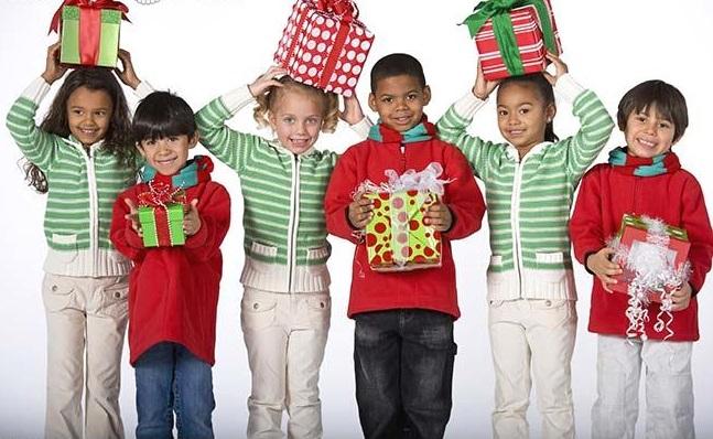 multi-ethnic_children_holding_christmas_gifts_BLD0572691